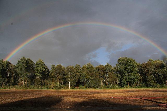 Deze afbeelding heeft een leeg alt-attribuut; de bestandsnaam is Regenboog-heel.jpg